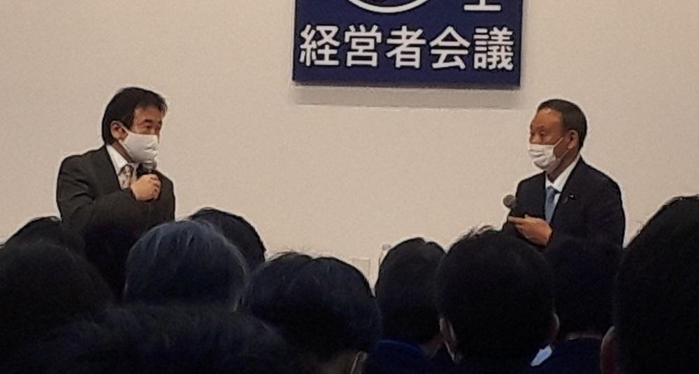 写真・図版 : 竹中平蔵氏(左)と菅義偉首相=2020年11月23日、東京都千代田区