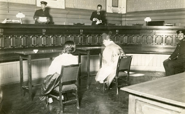 写真・図版 : 大審院特別公判で被告席に座る韓服の朴烈と金子文子=1926年2月26日