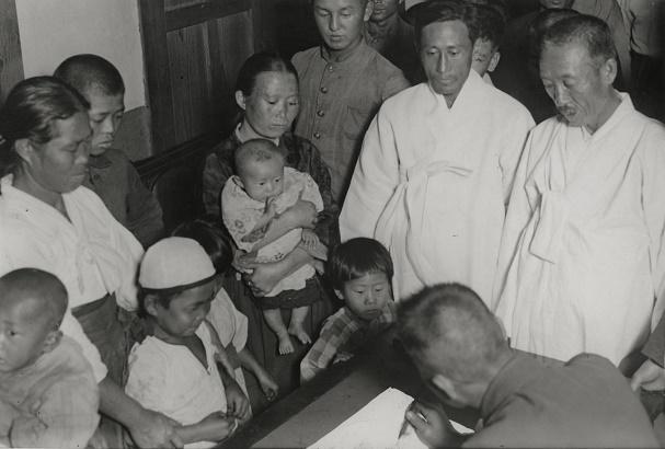 写真・図版 : 第2回国勢調査に答える朝鮮半島出身者たち=1930年9月30日、大阪市