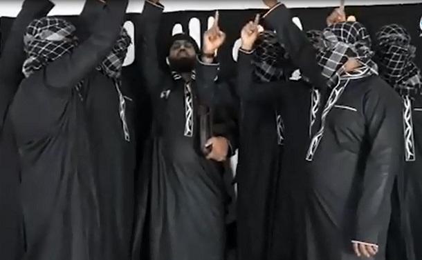 写真・図版 : 「イスラム国」(ISIL)系のアマク通信が公開した動画。スリランカの連続爆破テロ事件の実行犯とされる男たちが決起する様子が映っている