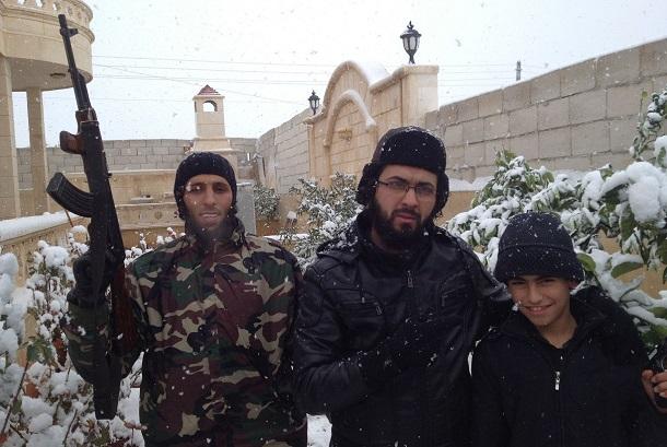 写真・図版 : 「イスラム国」(ISIL)の戦闘員。シリア・アレッポ県で、自由シリア軍がISILから奪還した街に残されていたPCに保存されていた写真を、筆者が入手した
