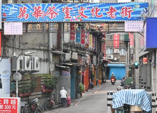 多くの客や女性従業員らの感染が確認され、一斉に店を閉じた台北・万華の歓楽街=2021年5月22日