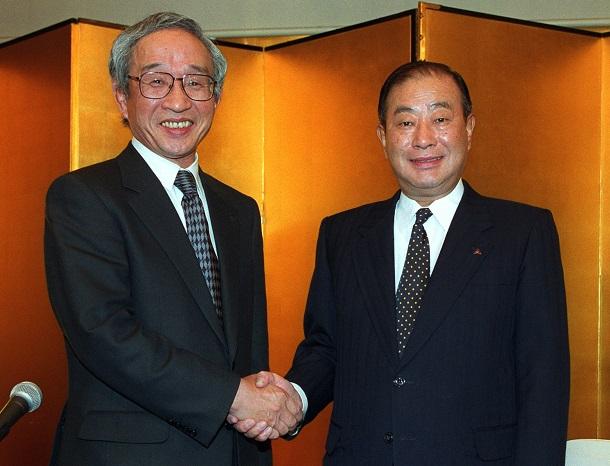 写真・図版 : 重電部門の統合を発表した三菱電機の谷口一郎社長(右)と東芝の岡村正社長(肩書はいずれも当時)=2002年3月1日、東京都内