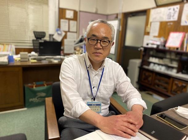 写真・図版 : 大阪市の松井一郎市長に「提言」を送った市立木川南小学校の久保敬校長。取材中はマスクをし、記者との間についたてを置いた=2021年5月18日、大阪市淀川区