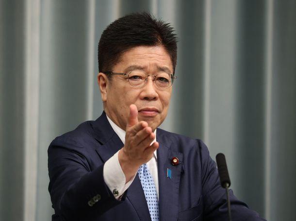 写真・図版 : 記者会見する加藤勝信官房長官=2021年6月17日、首相官邸