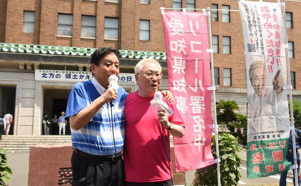 写真・図版 : 愛知県庁前で大村秀章知事のリコールを訴える河村たかし・名古屋市長(左)と高須克弥氏=2020年8月25日、名古屋市中区