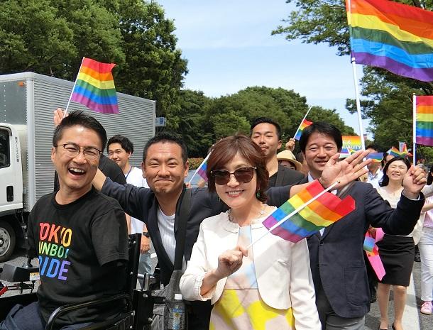 写真・図版 : LGBTの権利を訴えるパレードに参加した自民党の稲田朋美氏=2018年5月6日、東京都渋谷区
