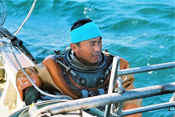 かろうじてタイラギ漁ができた2011年2月、潜水を終えて船に上がる平方宣清さん