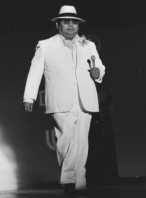 写真・図版 : 太めの人向けの大きな服のファッションショーでモデルとして登場した小林亜星さん=1978年6月29日