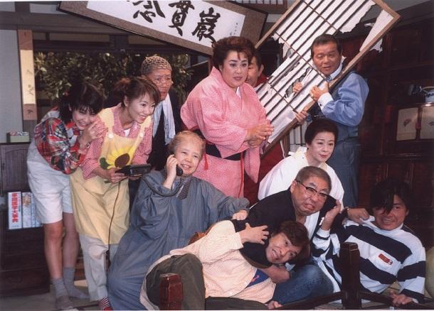 写真・図版 : TBSドラマ「寺内貫太郎一家」の出演者たち。前列中央が小林亜星さん=1998年、東京都八王子市の多摩スタジオ