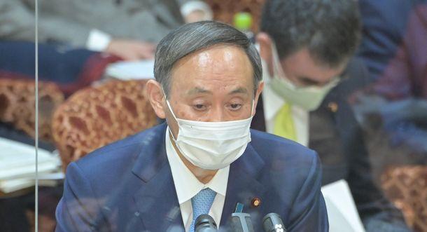 写真・図版 : 参院予算委で答弁する菅義偉首相。新型コロナウイルスの感染拡大で生活に苦しむ人たちへの対応を求められた際、「政府には最終的には生活保護という仕組み」があると述べた=2021年1月27日