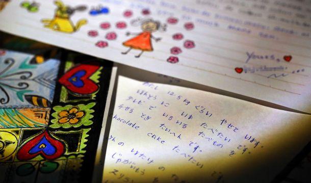 写真・図版 : 衰弱の末に死亡したウィシュマ・サンダマリさんが名古屋出入国在留管理局の収容場から支援者に出した手紙やイラスト。日本語とローマ字が交ざり、「ほんとう に いま たべたい です」などと書かれている