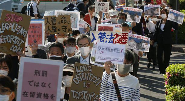 写真・図版 : 「入管法改正案」への反対を訴える人たち=2021年4月21日、東京都千代田区