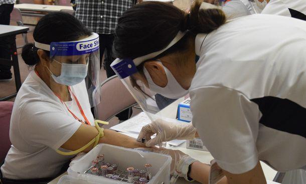 写真・図版 : 北関東医療相談会が開いた無料の健康診断で検査を受ける仮放免の女性=2020年8月30日、前橋市