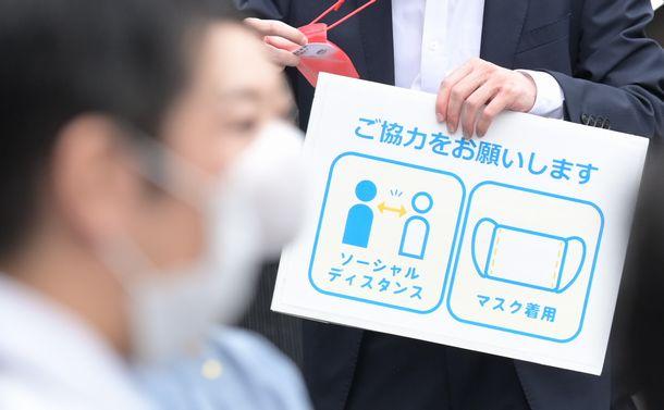 写真・図版 : 東京都議選の出陣式で示されていた新型コロナウイルスの感染に対する注意喚起のパネル=2021年6月25日、東京都内