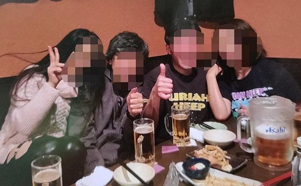 好きなハードロックバンド「ユーライア・ヒープ」のファンコミに参加するAさん(左)