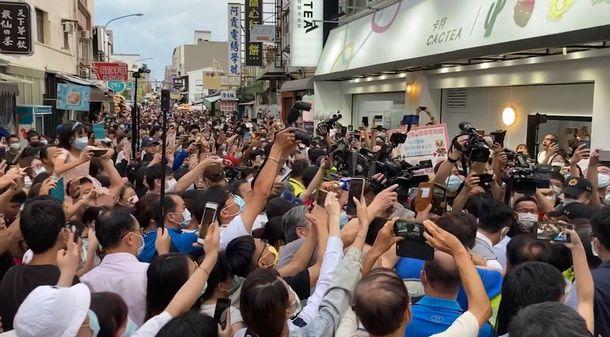 写真・図版 : 陳時中・衛生福利部長をひと目見ようと商店街に集まった人たち=2020年5月30日、台南