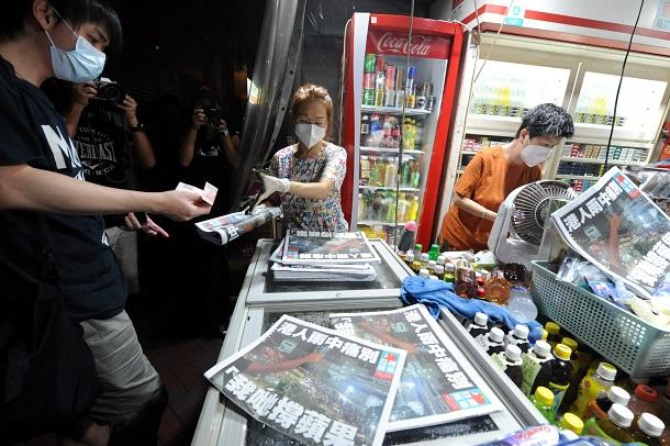 写真・図版 : 九竜半島の繁華街、旺角(モンコック)のあるニューススタンドでは最後の「蘋果日報」800部が25分で売り切れた=2021年6月24日