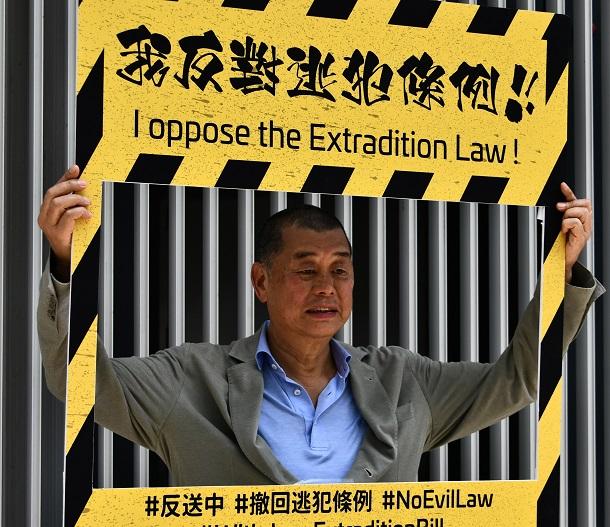 写真・図版 : 香港国家安全維持法違反容疑で逮捕された蘋果日報の創刊者・黎智英氏=2019年6月8日、香港