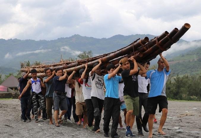 写真・図版 : 台湾の原住民の知識を借りてつくった竹いかだ舟を大勢でかついで台湾の海岸まで運んだとき=2017年6月、筆者撮影