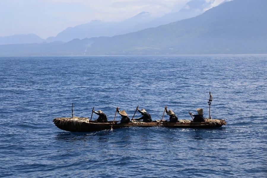 写真・図版 : 台湾の海岸から漕ぎ出した丸木舟=2019年7月7日、筆者撮影