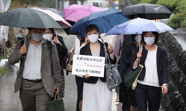 最高裁に入る申立人と弁護団=2021年6月23日午後2時45分、東京都千代田区20210623