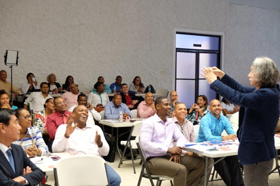 写真・図版 : ドミニカ共和国の算数・数学の先生たちを対象にした講演=2018年10月