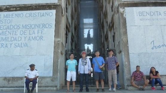 写真・図版 : コロンブス記念灯台での記念写真。左から大使館の村山猛書記官、筆者、山口康之技術員、大使館の島田貞治医務官=2017年11月、サント・ドミンゴ
