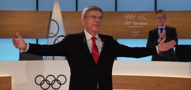 写真・図版 : 国際オリンピック委員会(IOC)総会で再選したトーマス・バッハ会長。画面越しのIOC委員に向かって感謝の意を示す=2021年3月10日、IOC提供