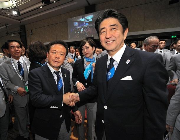 写真・図版 : 五輪開催地が東京に決まったことを受け、ガッチリ握手をかわす安倍晋三首相と猪瀬直樹・東京都知事=ブエノスアイレス