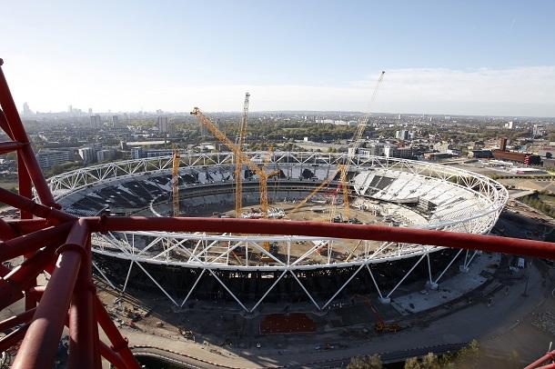 写真・図版 : 展望台から見たロンドン五輪のメーンスタジアム。改修のため屋根が取り外され、新しい屋根がかかる予定=末盛亮氏撮影