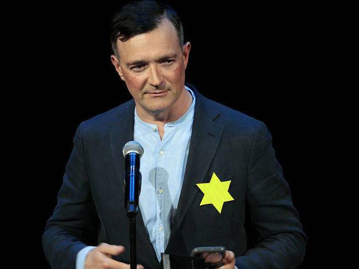 写真・図版 : 黄色い六芒星を胸に付けてテレビ出演したロシアの俳優エゴール・ベロエフ