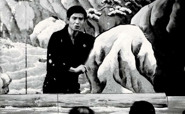 写真・図版 : 東京・池袋の劇場で芝居噺「鰍沢」を演じる林家正雀=1982年、正雀提供