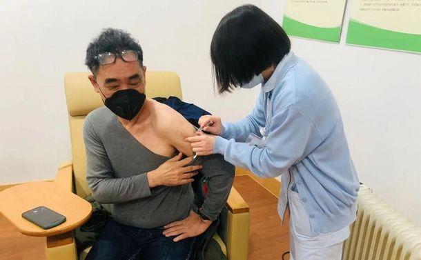 写真・図版 : 3月に中国でワクチンを接種した松井健一さん(松井さん提供)