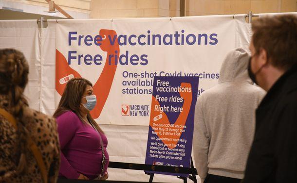 写真・図版 : 米ニューヨーク中心部の駅構内に設けられたワクチン接種会場に並ぶ市民=2021年5月12日