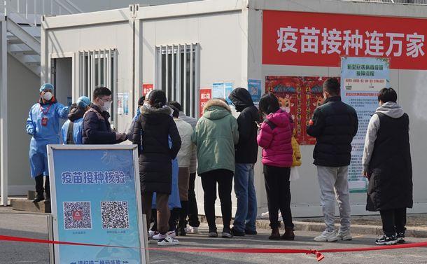 写真・図版 : 北市内の新型コロナウイルスのワクチン接種会場=2021年3月7日、北京市