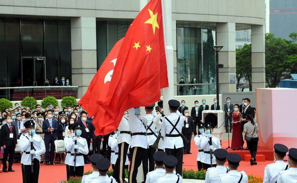 写真・図版 : 香港では中国への返還24周年を記念する政府主催の式典が開かれ、共産党100年も祝福した=2021年7月1日、香港