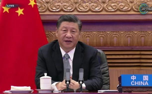 写真・図版 : 中国の習近平(シー・チン・ピン)国家主席=2021年4月22日、米国務省ウェブサイトの中継動画