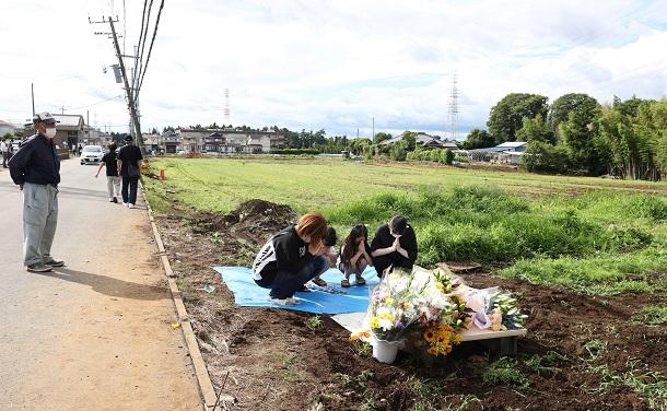 児童たちが巻き込まれた現場に花束を供え、手を合わせる人たち=2021年6月29日午後3時41分、千葉県八街市八街20210629