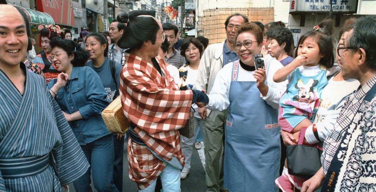 写真・図版 : 1996年10月の衆院選で小選挙区比例代表並立制が初めて導入された。栗本慎一郎氏(自民)は前回、中選挙区の旧東京3区で当選。96年の小選挙区選挙でも新東京3区で当選したが、学者・評論家としての高い知名度を持ちながらもドブ板選挙を強いられた。写真は選挙区内の仮装パレードに参加して支持を訴える栗本氏