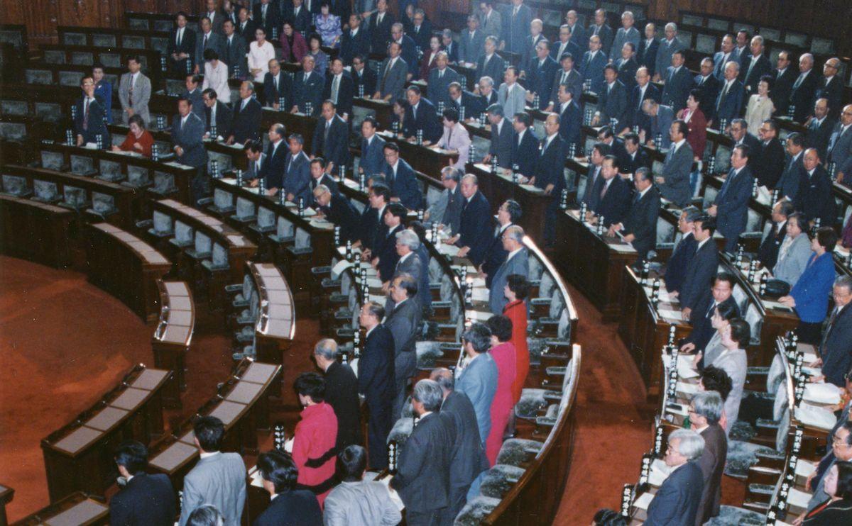 写真・図版 : 1994年11月21日、衆院選挙に小選挙区制を導入するための区割り法(改正公職選挙法)案などの関連法が参院本会議で可決、成立した。これにより、衆院の選挙制度は戦後初めて小選挙区を基調とする制度に改められた