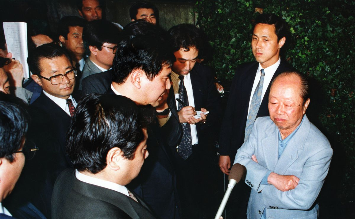 写真・図版 : 1993年6月14日、宮沢喜一首相の私邸につめかけ直訴する「政治改革を実現する若手議員の会」の議員たち。首相は「今国会で必ず政治改革を実現させます」と言い続けたが法案は成立せず、改革はいったん断念に追い込まれた