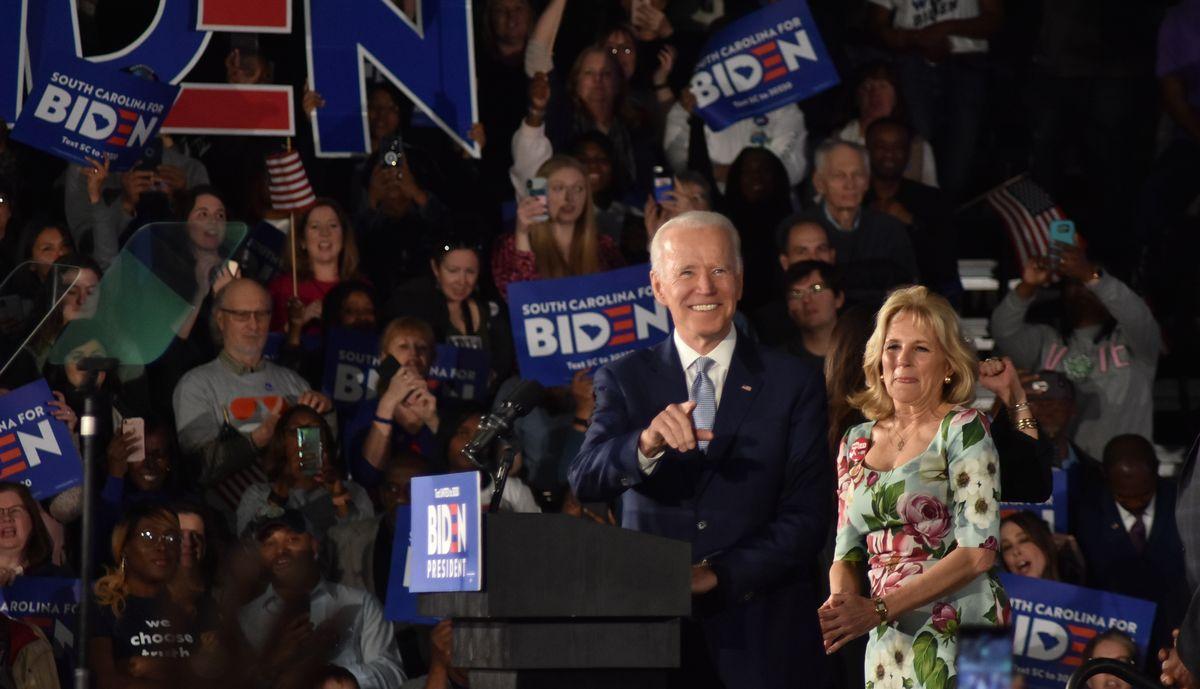 写真・図版 : 米国の大統領選挙では、政党それぞれが党の公認する大統領候補を選出するための予備選挙を実施する。予備選挙は州ごとに代議員を選出する形をとる。写真は、2020年の民主党の予備選で支持を訴えるジョー・バイデン前副大統領=2020年2月29日、米サウスカロライナ州コロンビア
