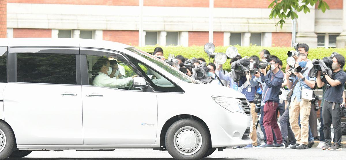 写真・図版 : 公職選挙法違反(買収)容疑で東京地検特捜部に逮捕された前法相を乗せ、東京拘置所に向かう車両=2020年6月18日、東京都千代田区