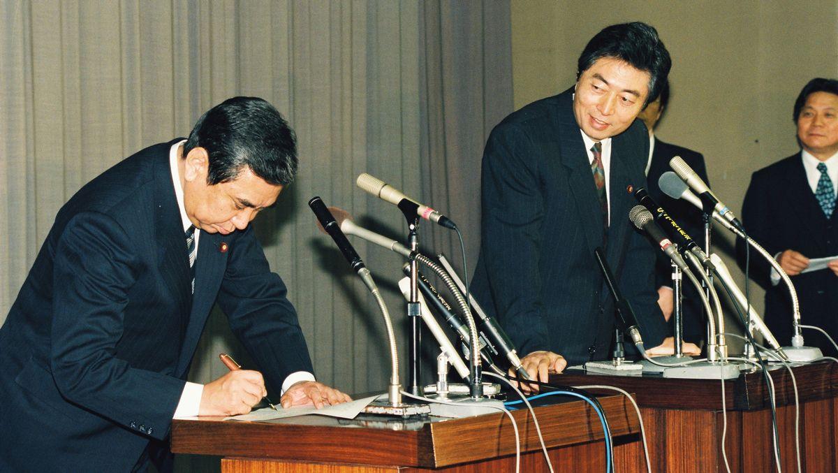 写真・図版 : 小選挙区制の導入を柱とした政治改革関連法案について、細川護煕首相と野党・自民党の河野洋平総裁のトップ会談が1994年1月28日夜に開かれ、修正のうえ成立させることで合意した。日付が変わった共同記者会見で、合意書に署名する河野総裁(左)と細川首相=1994年1月29日午前0時50分、国会内