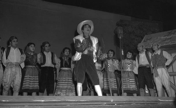 写真・図版 : 戦後に復活上演された浅草オペラ。オペレッタ「マスコット」で羊飼いピッポを演じる田谷力三(中央)=1951年3月、東京・浅草