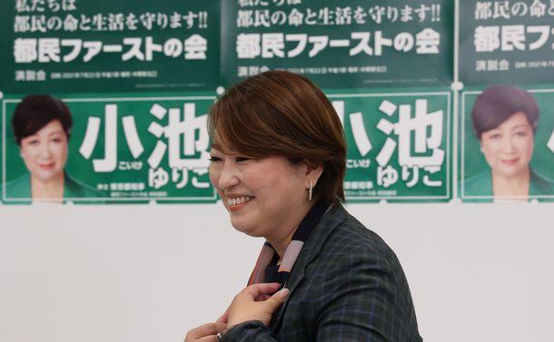 写真・図版 : 東京都議選開票を受け、記者の取材を前に笑顔を見せる都民ファーストの会の荒木千陽代表=2021年7月4日、東京都中野区