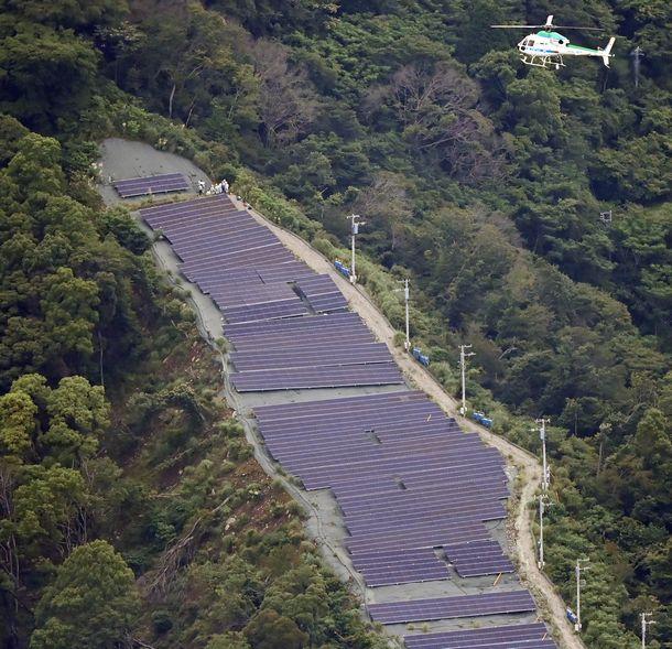 写真・図版 : 伊豆山山頂付近のソーラー施設=2021年7月6日、静岡県熱海市、朝日新聞社ヘリから