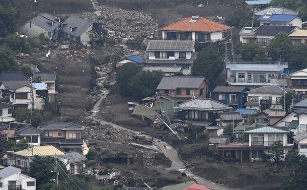 写真・図版 : 海側から見た土石流の現場=2021年7月5日、静岡県熱海市、朝日新聞社ヘリから、