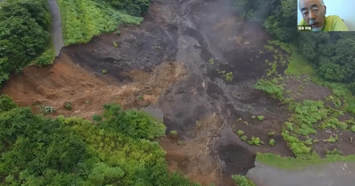 写真・図版 : 今回の熱海土石流の最上流部=熱海市伊豆山(楊珂さん撮影のドローンによる動画から。顔は塩坂邦雄さん)